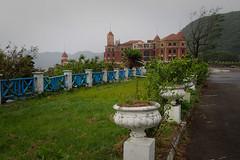 Chemin vers l'hôtel abandonné (8pl) Tags: chemin allée route décoration bâtiment abandon abandonné wanli greenbay taïwan barrière barrièrebleue gazon herbe grisaille tristesse humide humidité gris