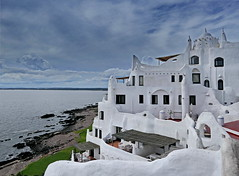 Museo Casapueblo (louise peters) Tags: museum museo casapueblo puntadeleste art kunst uruguay architectuur architecture coast kust sea zee beach