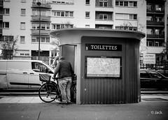 jamais sans son vélo (Jack_from_Paris) Tags: l2011858bw leica m type 240 10770 leicasummicronm35mmf2asph 11879 dng mode lightroom capture nx2 rangefinder télémétrique bw noiretblanc monochrom wide angle street paris candid toilettes personne vélo bicyclette homme wc restroms