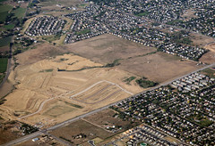 2018_07_18_den-pdx031 (Nfrastructure) Tags: 20180718 denpdx ascent aerial windowseat windowshot aviation flying brown suburb sprawl thornton thontoncolorado denver denvercolorado radio transmitter tower antennas array directional development khow know630