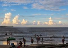 Cielos extraños (carlos_ar2000) Tags: cielo sky mar sea playa beach verano summer gente people contraluz backlight nube cloud naturaleza nature puntadeldiablo rocha uruguay