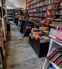 dando um tempo (lucia yunes) Tags: leitura leitor ler livro livraria lector read reading mobilephoto mobilephotography motoz3play luciayunes