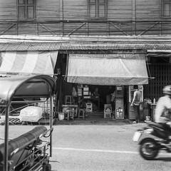 ยาย (oxo oxo) Tags: superfujicasix fujica fuji camera mediumformat foldingcamera ilforddelta100 ilford delta100 expired expiredfilm film 120 6x6 blackwhite blackandwhite bw monochrome bangkok analog ishootfilm filmisnotdead filmcamera filmphotography streetphotography