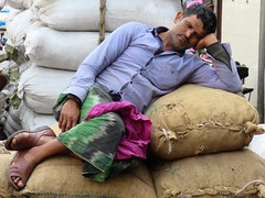 old delhi 2019 (gerben more) Tags: olddelhi man porter sleeping people portrait portret newdelhi delhi