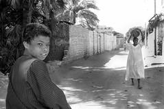 Egypte - Rencontre le long du Nil (regis.grosclaude) Tags: nil egypte egypt bw black white noiretblanc nb bwemotion egupten egitto egito portrait street gaz homme enfant child children regard yeux eyes look