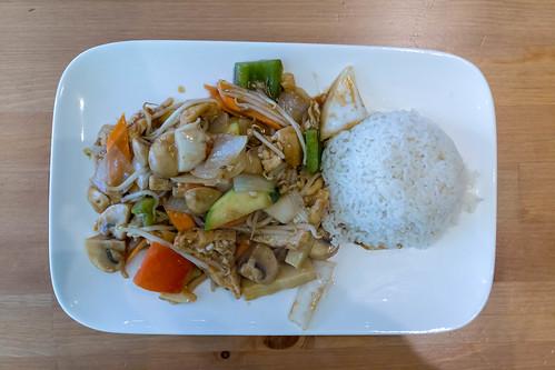 Blick von oben auf veganes Chop Suey mit Tofu, Pilzen, Paprika, Sojasprossen und Reis