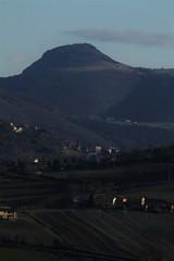 paseaggio, con colline e monti - Piticchio d'Arcevia (walterino1962 / sempre nomadi) Tags: paesaggio panorama colline montio pendii case campicoltivatiearati vegetazione alberi arbusti erba luci ombre riflessi piticchiodarcevia ancona