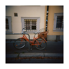 the red bicycle (Armin Fuchs) Tags: arminfuchs würzburg bicycle red holga film analog mittelformat mediumformat 120mm 6x6 square windows kodak ektar
