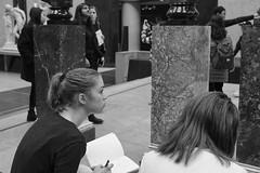 Les belles filles du Musée d'Orsay (Paolo Pizzimenti) Tags: orange conversation beaubourg fille fillette art orsay musée paolo paris olympus omdem1mkii 17mm 45mm f18 film pellicule argentique doisneau instans