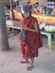 le retour d'E.T. sous la forme d'un bonze (Patrick Doreau) Tags: fun et bonze monk moine casque myanmar birmanie burma motorcyclehelmet man young jeune