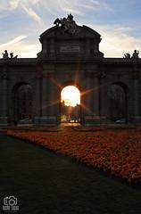 Puerta de Alcalá (photoschete.blogspot.com) Tags: canon 1000d eos madrid spain ciudad city urbana urban edificio building monumento monument puertadealcalá sol sun luz light atardecer sunset