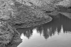 Sand und Wasser (Lichtabfall) Tags: sand wasser kiesgrube sw schwarzweiss blackandwhite blackwhite bw buchholzidn buchholz water monochrome monochrom einfarbig mono