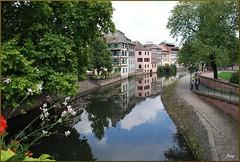 La Pequeña Francia (Estrasburgo, Alsacia, Francia, 27-7-2011) (Juanje Orío) Tags: francia estrasburgo 2011 alsacia france europa europe europeanunion unióneuropea patrimoniodelahumanidad worldheritage agua water río river reflejo reflection ill