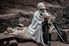 the reader (Angela Trabert) Tags: 20181109äthiopien felsenkirchen fotoangelatrabert lalibela sonyalpha7iii tamron2875 äthiopien portrait man oldman ethiopia outdoor streetart streetphotography availablelight outside art