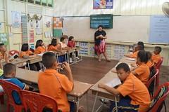 Une volontaire organise un atelier de chants de Noël en anglais (infoglobalong) Tags: stage étudiant service bénévolat volontaire international engagement solidaire voyage découverte enseignement éducation école enfants aide alphabétisation scolaire asie thaïlande jeux sport art informatique rénovations