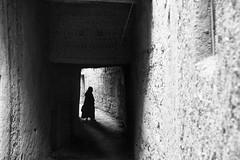 Entre deux (Stephane Rio 56) Tags: ville maroc nb afrique africa bw life ma mar morocco rue street town vie blackdiamond flickrunitedaward