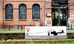 Sarcofaag  Sneeuwwitje (Roel Wijnants) Tags: ccbync roelwijnants roelwijnantsfotografie roel1943 sarcofaagsneeuwwitje sarcofaag sneeuwwitje sprookje grimm dwergen sneeuwwitjeende7dwergen angststencils streetart angst straatkunst lijnbaan peco snoepfabriek zoutkeetsingel prins kus wandelvondst