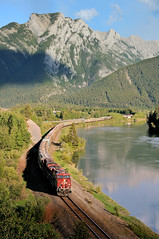 CP 8769 + CP 9365 Exshaw 4. června 2018 (Pavel Šturm) Tags: mountains river řeka hory canadianpacific večer evening skály sky cloud kanada alberta bow bowriver vlak lesy