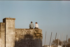 Couple (Dar-T) Tags: kodakultra400 streetphotography film filmphotography filmisnotdead 35mm street kodak heygrain france grainisgood analog goldmoony filmphotographic noicemag keepfilmalive fuji stx1n 135mm banc