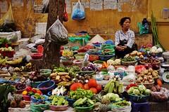 Hanoi - scène de rue 23 (luco*) Tags: vietnam hanoi street rue femme woman seller marchande marché market