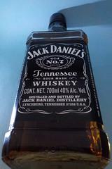 """""""Oiga mozo tráiganos mas, y más y más que quiero tomar"""" 😁😃 (Juan Antonio Xic Eseyosoyese) Tags: jack daniels destilería y marca de whiskey estadounidense tennessee nikon la diferencia más notable es que el whisky filtrado en carbón arce sacarino botella dándole un sabor aroma distintivos conocida por sus botellas cuadradas su etiqueta color negro compañía fue establecida lynchburg adquirida brownforman 1957 oiga mozo tráiganos mas quiero tomar 😁 misma caja contrapicada foto"""