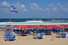 Tel-Aviv / Banana Beach is waiting for you (Pantchoa) Tags: telaviv plage bananabeach mer méditerranée chaiseslongues parasols drapeau drapeauisraélien fêtenationale nuages ciel bleu sable vagues horizon rouge yafo rougevertbleu vacances procheorient moyenorient