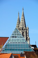 Pyramide und Münster (greenoid) Tags: ulm münster stadtbibliothek pyramide glas alt neu dach dächer perspektive tele