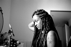 L2990267 (RG-Photographie) Tags: 400tx 40mm analog argentique film kodak leica leicam2 summicron trix400 portrait retrato braidbox afro beleza blackbeauty femme noire