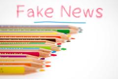 Fake_News-hinter-Buntstifte (Christoph Scholz) Tags: fake news fakenews fälschung falschmeldung hetze rechte internet gruppen chat manipulation täuschung soziale medien trump donald