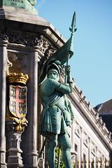 Statue - Square du Petit Sablon, Bruxelles (atnag) Tags: statue monument brussels bruxelles belgique belgium gold sky sun blue