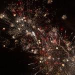 Feuerwerk in rot und weiß zum Jahreswechsel über Noord-Holland thumbnail