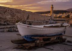 Primeras luces (Nebelkuss) Tags: creta crete kriti rethymno rethymnom puertoviejo oldharbour barca bote boat faro lighthouse amanecer sunrise fujixpro1 fujinonxf23f14