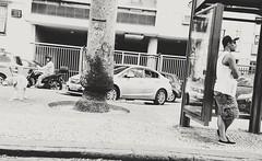até que ela chegue (lucia yunes) Tags: cenaderua fotoderua fotografiaderua mobilephotography pontodeônibus espera esperar streetphoto streetshot streetscene streetphotography busstop bus lifeinstreet motoz3play luciayunes rua onibus