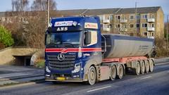 AJ25588 (16.11.22, Marselis Boulevard)DSC_9729_Balancer (Lav Ulv) Tags: 220046 mercedesbenz actros actros2651 actros963 blue leifmøller lmtransport marselisboulevard bulktipper kelbergtrailer e6 euro6 6x2 2013 afmeldt2018 retiredin2018 abgemeldet2018 driverjohnny truck truckphoto truckspotter traffic trafik verkehr cabover street road strasse vej commercialvehicles erhvervskøretøjer danmark denmark dänemark danishhauliers danskefirmaer danskevognmænd vehicle køretøj aarhus lkw lastbil lastvogn camion vehicule coe danemark danimarca lorry autocarra danoise vrachtwagen trækker hauler zugmaschine tractorunit tractor artic articulated semi sattelzug auflieger trailer sattelschlepper vogntog oplegger sættevogn