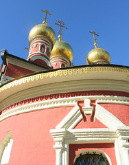 Moscow,  the Church of Saint Nicholas of Myra in Schepy (since 1686), Arbat district. (sacalevic) Tags: crosses кресты златыекупола goldencupolas holyrussia святаярусь russianchurch русскаяцерковь рпц russianfederation российскаяфедерация святительникола николайчудотворец saintnikola saintnicholas nikola church iglesia chiesa церковь храм eglise kerk kirche москва россия ロシア モスクワ архитектура arquitectura architettura architecture moskwa rosja մոսկվա moszkva oroszország moskou rusland μόσχα ρωσία მოსკოვი moskva 俄罗斯 莫斯科 모스크바 moscova русија rusko rusija rusya venäjä रूस ryssland moskvo rusio venemaa travel русь христианство orthodoxy православие moscow russia nicholasofmyra николайугодник pilgrimage arbatdistrict районарбат щепы schepy 1686 rusia since1686 russianorthodoxy