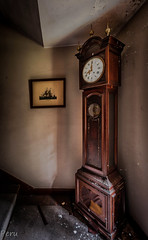 Reloj no marques las horas (Perurena) Tags: reloj clock cuadro picture casa house abandono decay suciedad dirty luz light sombras shadows urbex urbanexplore