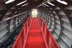 Treppe im Atomium (Tim Reckmann | a59.de) Tags: architektur aufstieg durchgang eisen geländer stufen treppe tunnel
