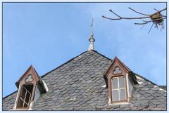 Un nid à la fenêtre (balese13) Tags: auvergne canon cantal mandailles s3is ardoise bleu blue ciel fenêtre nid rouille rusty toit