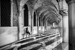 Palazzo del Doge (VE) (Ondablv) Tags: street people woman night composition life walking lines linee line black white venezia venice geometry architettura city ondablv palazzo ducale doges palace