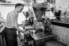Egypte - Le Caire - Café AL FARAG (regis.grosclaude) Tags: café coffee egypt egypte egitto egito ägyten egupten black bianco bwemotion withe noiretblanc bw homme brulerie moudre moulin moulinacafé caire cairo