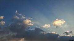 Se ti sedessi su una nuvola non vedresti la linea di confine tra una nazione e l'altra, né la linea di divisione tra una fattoria e l'altra. Peccato che tu non possa sedere su una nuvola. (gianninove66) Tags: nuvole clouds sky skycolors cielo azzurro nature photgraphy landscape skyscape