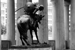 Hunne zu Pferde (1895) (just.Luc) Tags: brons bronze metal metaal art kunst public publiek pferd paard horse cheval man male homme hombre uomo mann colonnade zuilen columns colonnes bn nb zw monochroom monotone monochrome bw allemagne deutschland duitsland germany berlin berlijn