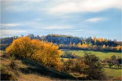 Das Land trägt Herbst (linke64) Tags: thüringen deutschland germany natur landschaft laub himmel wolken bäume baum blätter rahmen herbst felsen büsche gras jahreszeiten erde