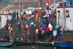 meet you on the ghats (Weltbürgerin) Tags: india indien uttarpradesh varanasi street ghat people colorful