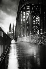 3367 (Elke Kulhawy) Tags: köln kölnerdom hohenzollernbrücke schwarzweiss blackandwhite monochrome bnw bw wet regen rain colognecathedrale streets peoplefotografie spiegelungen art kunst city stadt urban