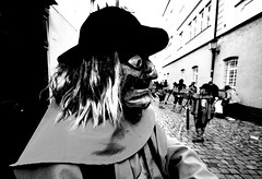 000943 (la_imagen) Tags: sw bw blackandwhite siyahbeyaz monochrome street streetandsituation sokak streetlife streetphotography strasenfotografieistkeinverbrechen menschen people insan lindau lindauimbodensee swabianalemannicfastnacht schwäbischalemannischefastnacht fasnet fastnacht fasching karneval carnival fool mask
