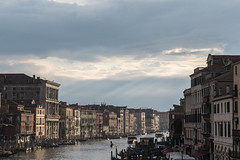 Ein Riss in der Wolkendecke (mkniebes) Tags: clouds light raysoflight illuminated venice venedig italy river water travel city cityscape canalgrande palast palace cloudporn