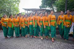(kuuan) Tags: ladies bali festival pose women village path row lineup odalan flower head mf manualfocus 15mm voigtländer offerings superwideheliar aspherical f4515mm nex5n sonynex5n voigtländerheliarf4515mm