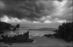 Tormenta (antoniocamero21) Tags: paisaje marina playa rocas cielo nubes tormenta foto sony bw composición trengandín noja cantabria