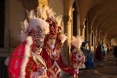 passerella di maschere all'alba (pacocult) Tags: mask maschere venezia carnevale 2019 dame san marco gondole costumi festa follie